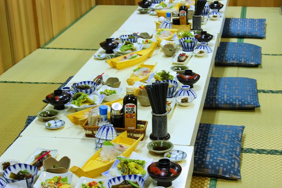 Les repas traditionnels japonais sont toujours servis dans un nombre incalculable de petits bols colorés. (Crédit photo: Sarah-Émilie Nault)