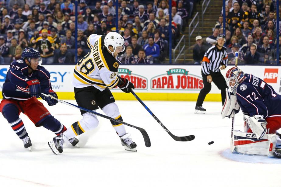 David Pastrnak tire dans les filets de Sergei... (Photo Aaron Doster, USA Today Sports)