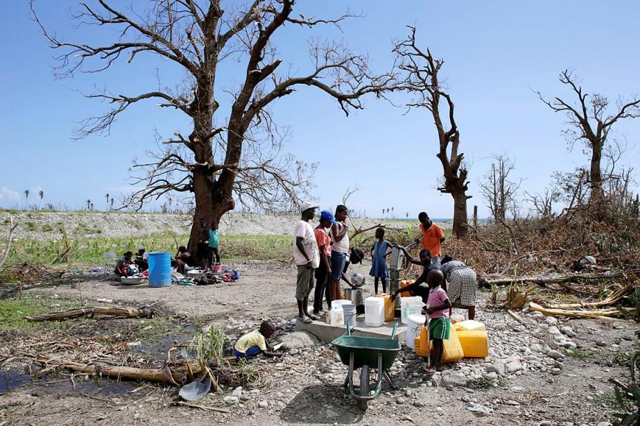 Des habitants de Les Anglais remplissent leurs contenants... (Photo Andres Martinez Casares, REUTERS)