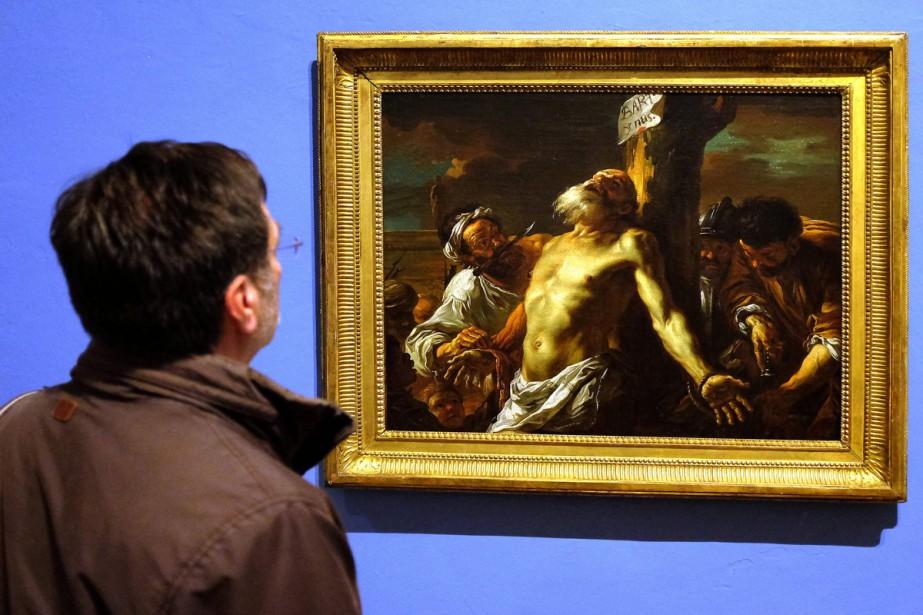 Un visiteur admire le tableau Saint-Barthélémy Martyr (1774)... (PHOTO AFP)