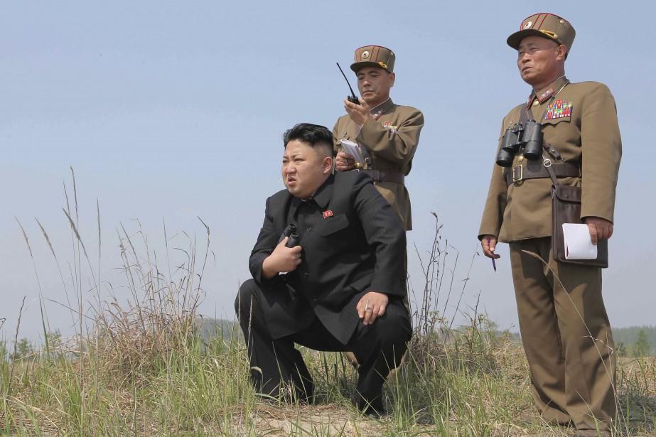 Le leader nord-coréen Kim Jong Un surveillant l'une... (Photo archives Reuters)
