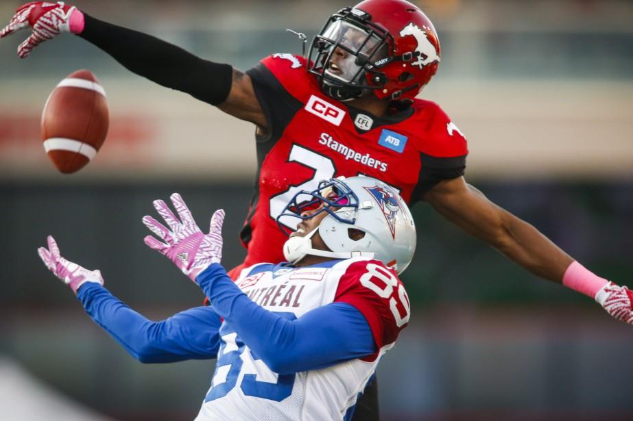 Duron Carter se fait surprendre par Tommie Campbell.... (Photo La Presse Canadienne)