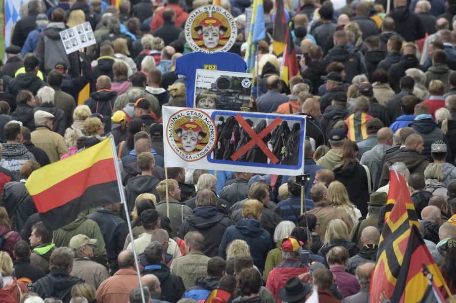 Brandissant des banderoles où étaient inscrits des slogans... (Photo Jens Meyer, Associated Press)