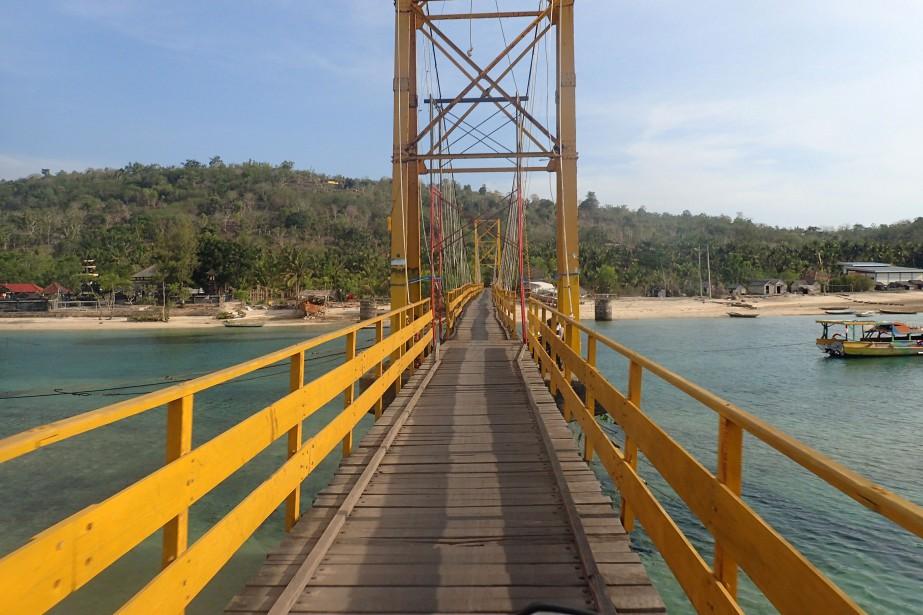 Le pont suspendu reliant les deux petites îles... (Photo Reuters)
