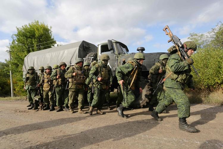Des séparatistes prorussesquittent une zone près deDonetsk, le... (PHOTO AFP)