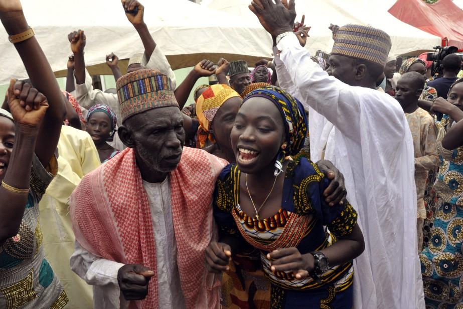 Les familles des filles libérées par Boko Haram... (Photo Olamikan Gbemiga, Associated Press)