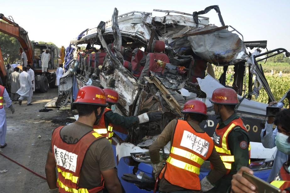 Les bus, qui transportaient à eux deux une... (Photo Waleed Saddique, Associated Press)