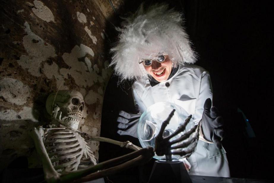 Les visiteurs, munis d'une lampe de poche ultraviolette,... (PHOTO FOURNIE PAR LA CORPORATION DE DÉVELOPPEMENT CULTUREL DE TROIS-RIVIÈRES)