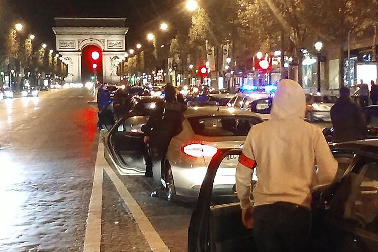 Des policiers en tenue civileont perturbé pendant plus... (PHOTO AFP)