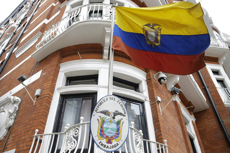 Julian Assange est réfugié à l'ambassade équatorienne de... (PHOTO AP)