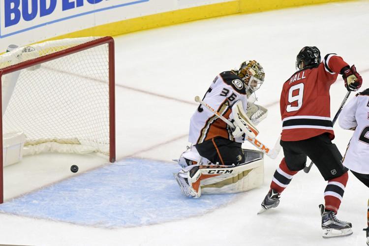Taylor Hall a marqué deux fois en avantage numérique et les Devils... (PHOTO AP)