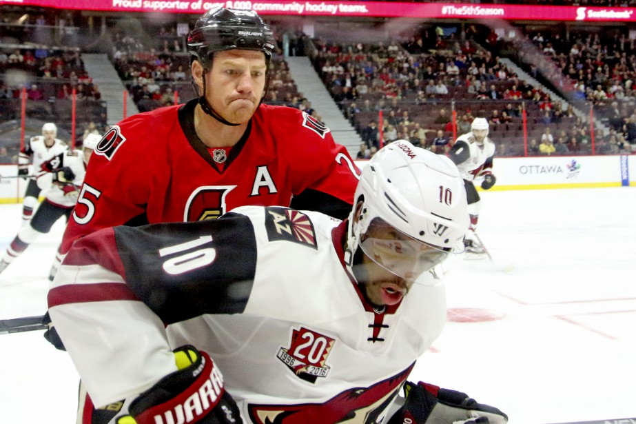 Chris Neil surveille Anthony Duclair de près. (Patrick Woodbury, LeDroit)