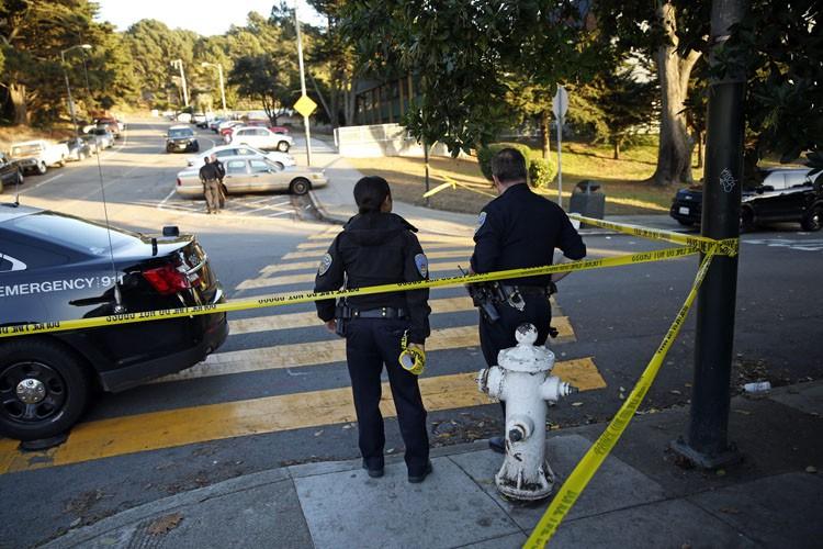 Quatre élèves ont été atteints par balles dans le stationnement... (PHOTO AP)