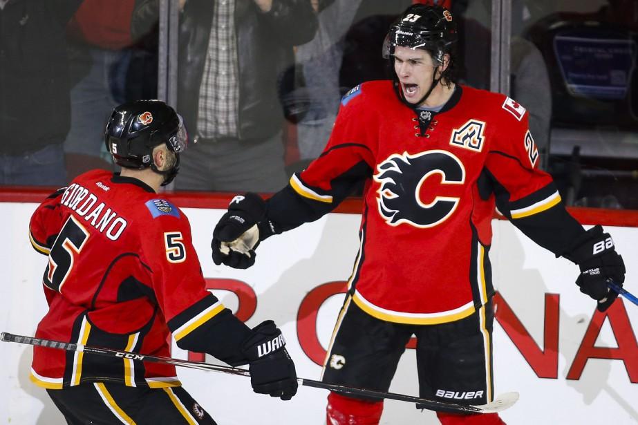 Mark Giordano et Sean Monahan.... (Photo Jeff McIntosh, La Presse Canadienne)