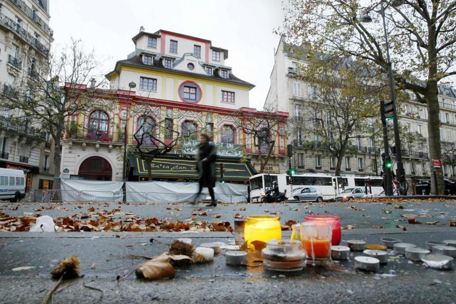 Une femme passe devant la salle de spectacle... (photo PATRICK KOVARIK, archives AFP)