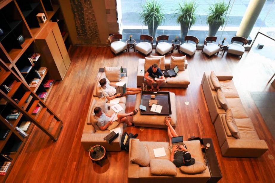 Au «salon», de gros divans douillets donnent envie... (PHOTO ROBERT SKINNER, LA PRESSE)