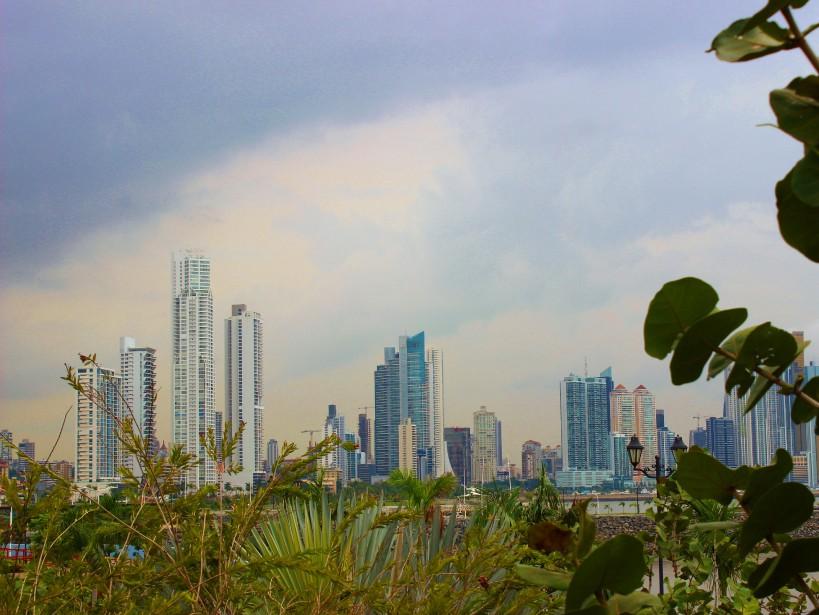 Au loin, les gratte-ciels du quartier financier de Panama City. (Crédit photo: Sarah-Émilie Nault)