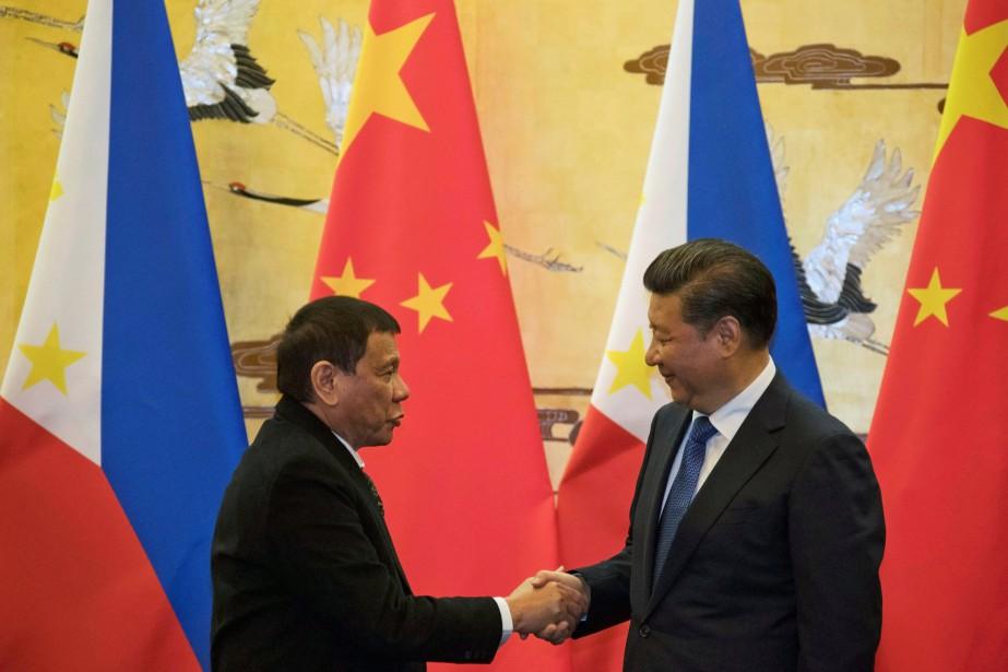 Le président philippin Rodrigo Duterte et son homologue... (PHOTO REUTERS)