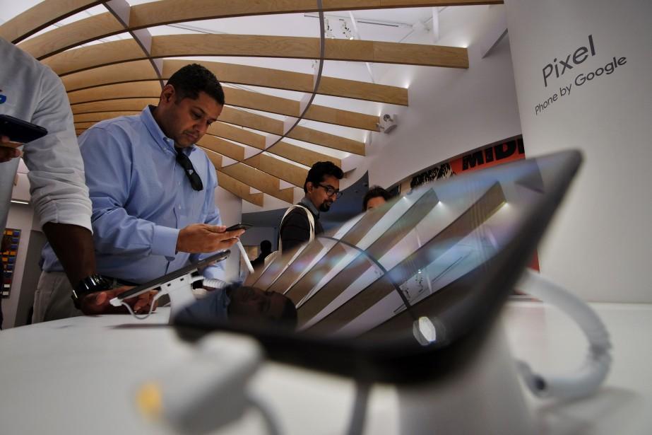 Des clients essaient lenouveau téléphone de Google, Pixel,dans... (PHOTO Jewel SAMAD, AFP)