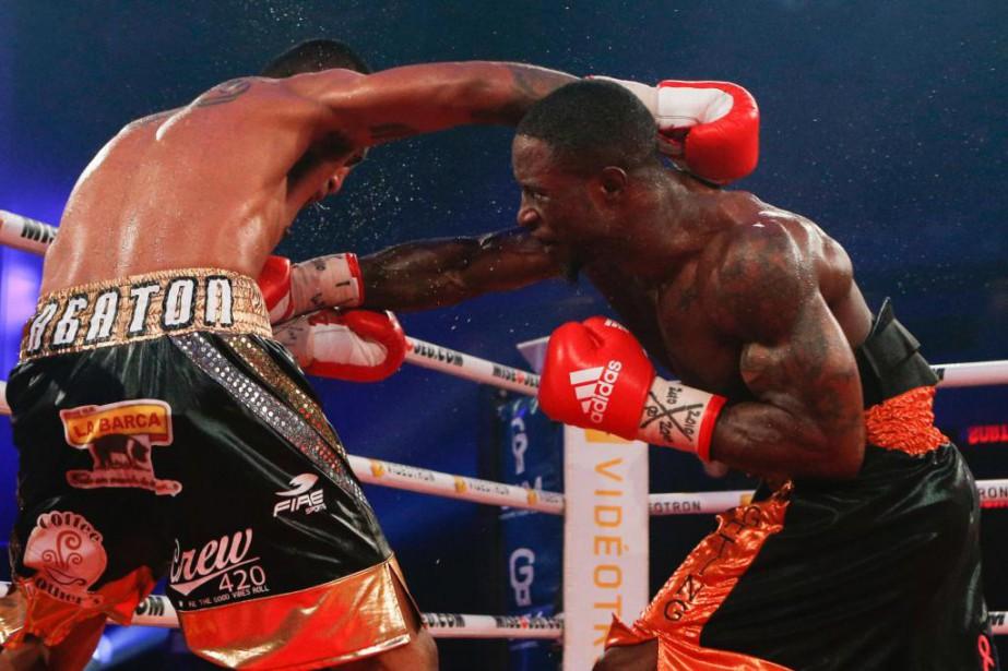 Custio Clayton (à droite) a gagné par K.-O.... (PHOTO OLIVIER PONTBRIAND, LA PRESSE)