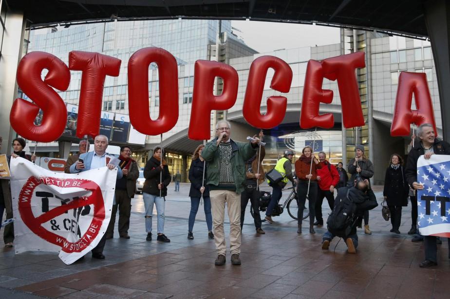 Des manifestants ont marché vendredi à Bruxelles pour... (Photo Francois Lenoir, REUTERS)
