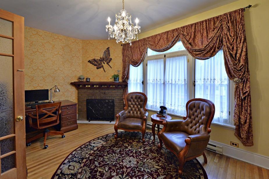La grandeur des pièces et la hauteur des plafonds exigent des gros meubles, comme en fait foi le bureau, situé près du vestibule. (Le Soleil, Patrice Laroche)