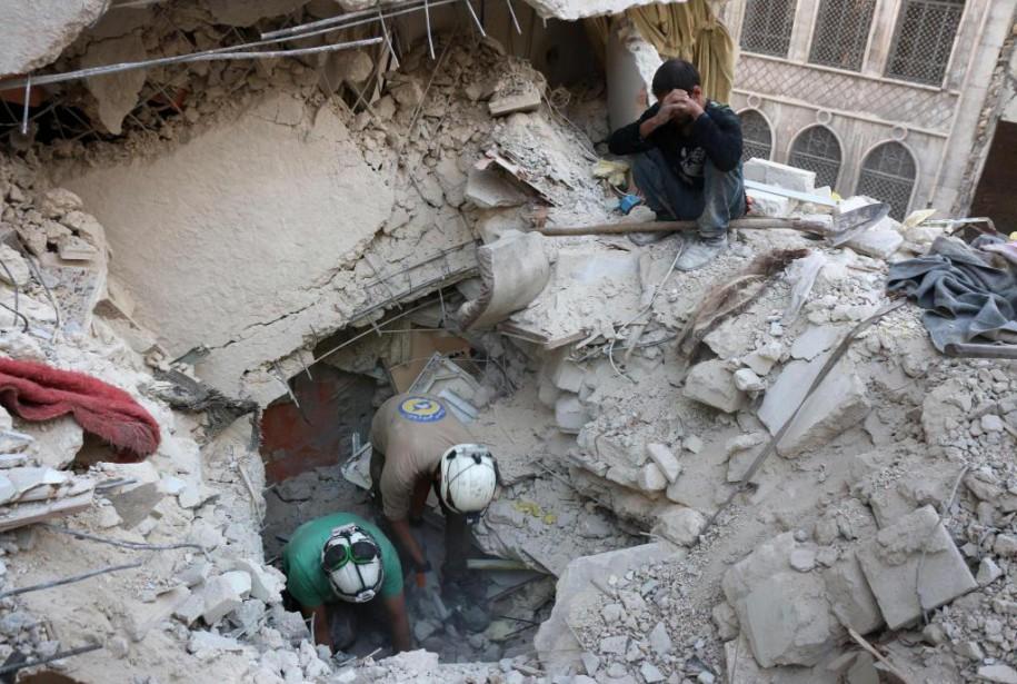 Des secouristes cherchent des victimes dans les décombres... (PhotoTHAER MOHAMMED, Agence France-Presse)