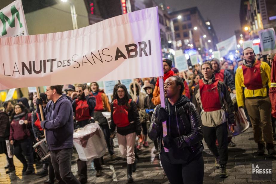 Au moins 200 personnes ont marché dans les... (PHOTO ÉDOUARD PLANTE-FRECHETTE, LA PRESSE)