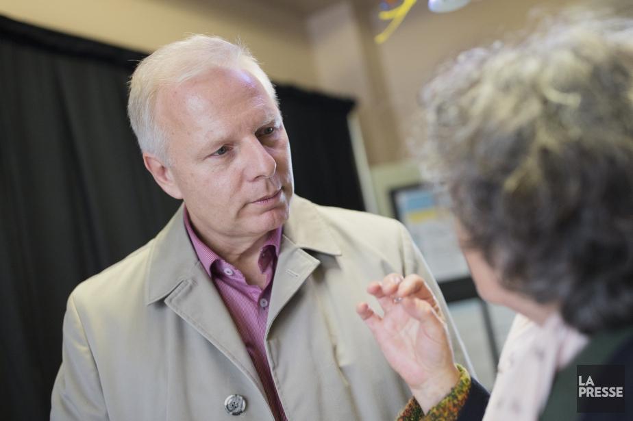 Le chef du Parti québécoisJean-François Lisée discute avec... (PHOTO EDOUARD PLANTE-FRECHETTE, ARCHIVES LA PRESSE)