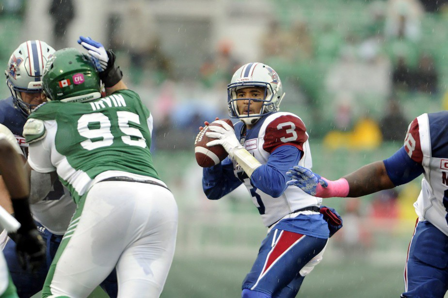 Vernon Adams Jr. cherche à effectuer une passe.... (Photo La Presse Canadienne)