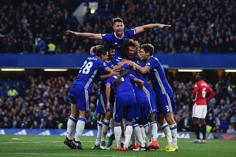 Les joueurs de Chelsea célèbrent leur quatrième but... (PHOTO GLYN KIRK, AFP)