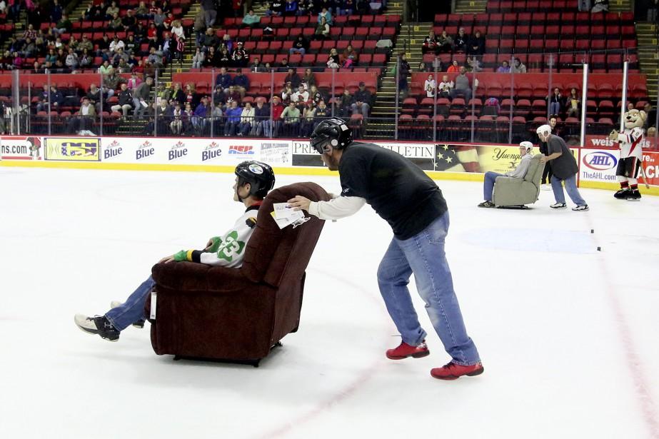 Promotion inusitée à Binghamton. Entre deux périodes, les partisans font une course... assis dans des fauteuils! (PATRICK WOODBURY, LeDroit)