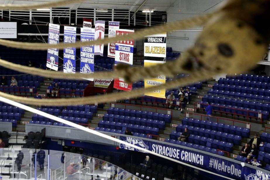 Dans la galerie de la presse du War Memorial Arena de Syracuse, on se sent un peu à l'étroit. (PATRICK WOODBURY, LeDroit)