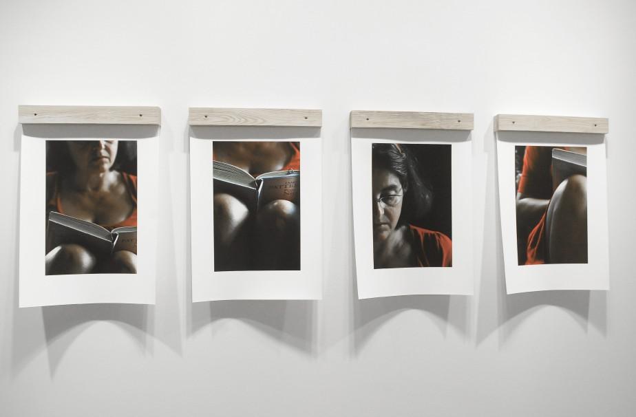 Une première série de quatre photos en couleurs met en scène une lectrice. C'est elle qui est au centre de l'oeuvre. (Photo Le Quotidien, Gimmy Desbiens)
