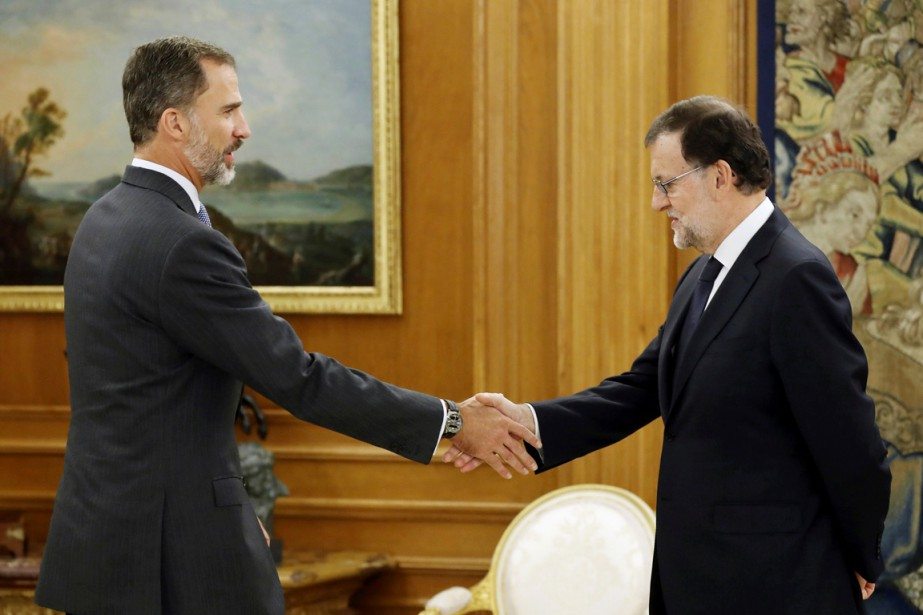 Le roi FelipeVI (à gauche) serre la main... (photo Chema Moya, REUTERS)