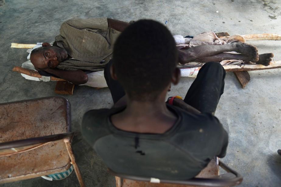 Un homme présentant les symptômes du choléra attend... (photo v, archives AFP)