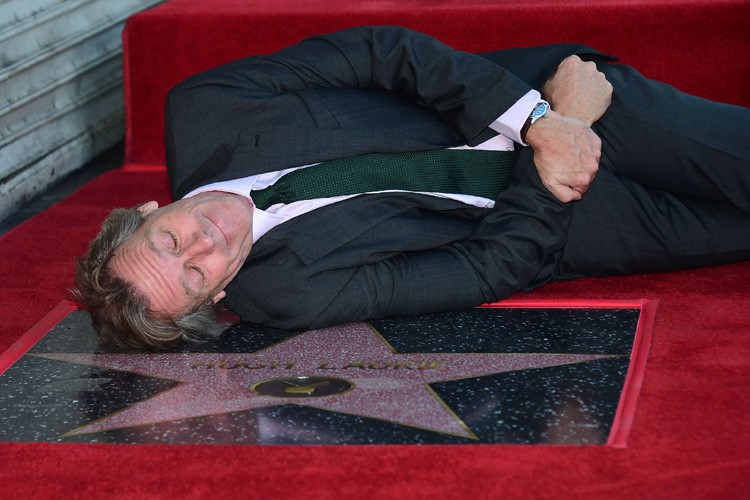 Hugh Laurie a pris une petite sieste à... (PHOTO AFP)
