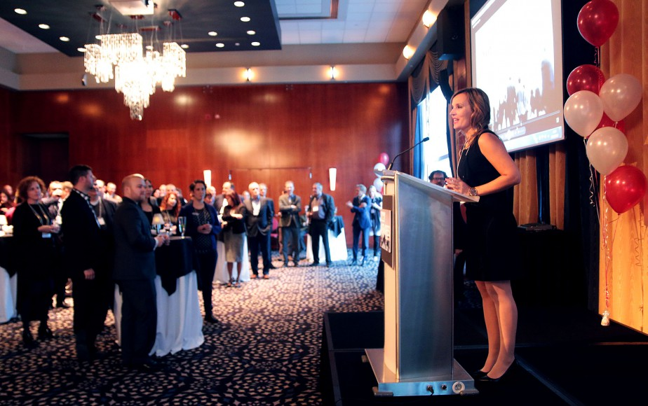 La rédactrice principale du nouveau magazine <em>leDroit Affaires</em>, Geneviève Turcot, s'adressant au parterre de quelque 175 invités réunis au Casino du Lac-Leamy mardi. (Etienne Ranger, LeDroit)