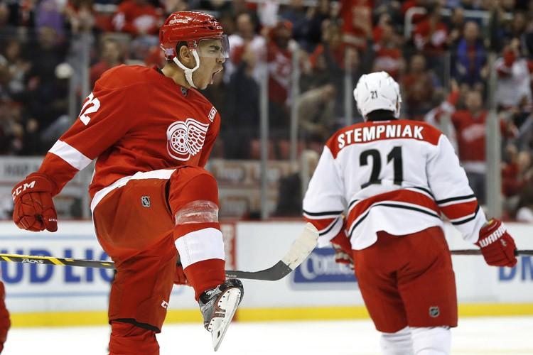 Dylan Larkin a marqué deux buts pour mener les Red Wings de Detroit... (PHOTO AP)