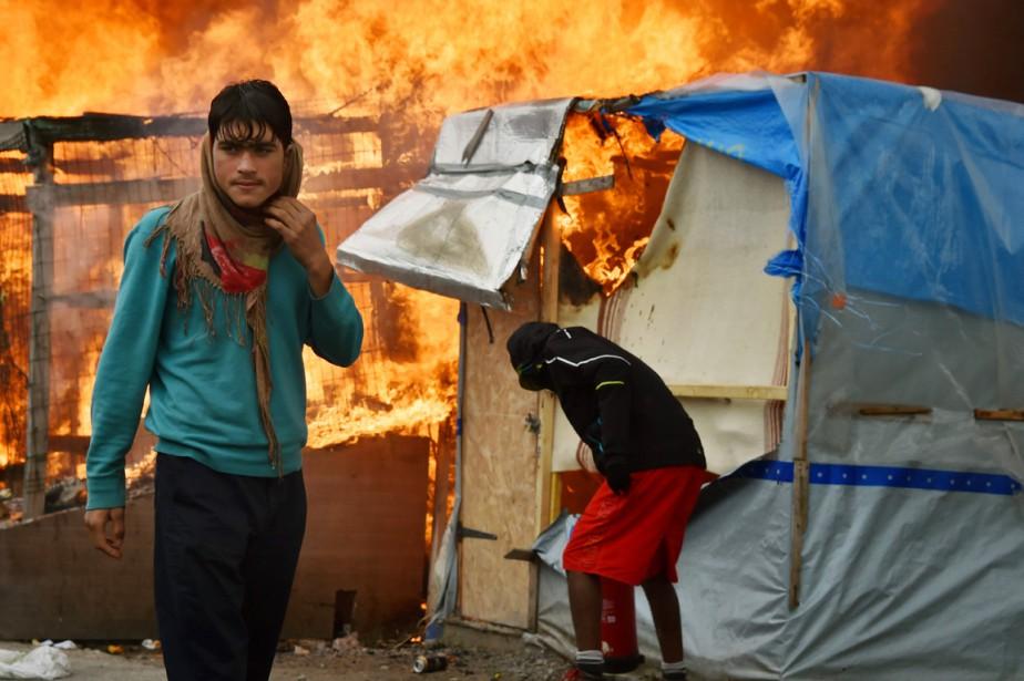 Les abris de fortune de la jungle ont été la proie des flammes, le 26 octobre. (photo PHILIPPE HUGUEN, AFP)