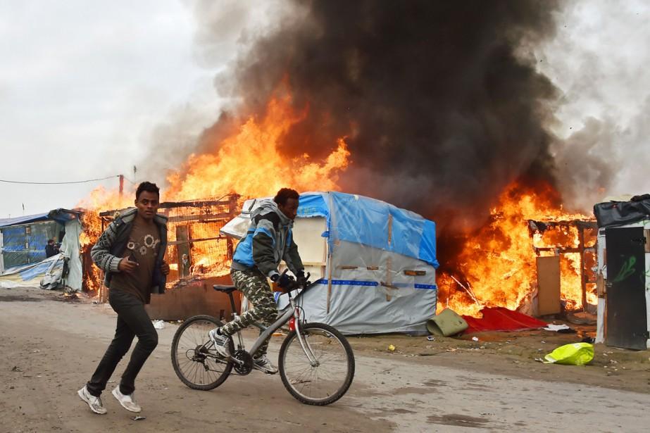 Des abris de fortune brûlent dans le camp de réfugiés de Calais. (photo PHILIPPE HUGUEN, AFP)