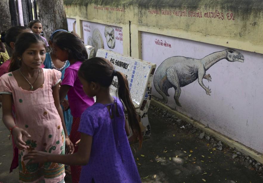 À Balasinor, les dinosaures sont un emblème, peints sur les murs de l'unique école du village. (PHOTO AFP, SAM PANTHAKY)