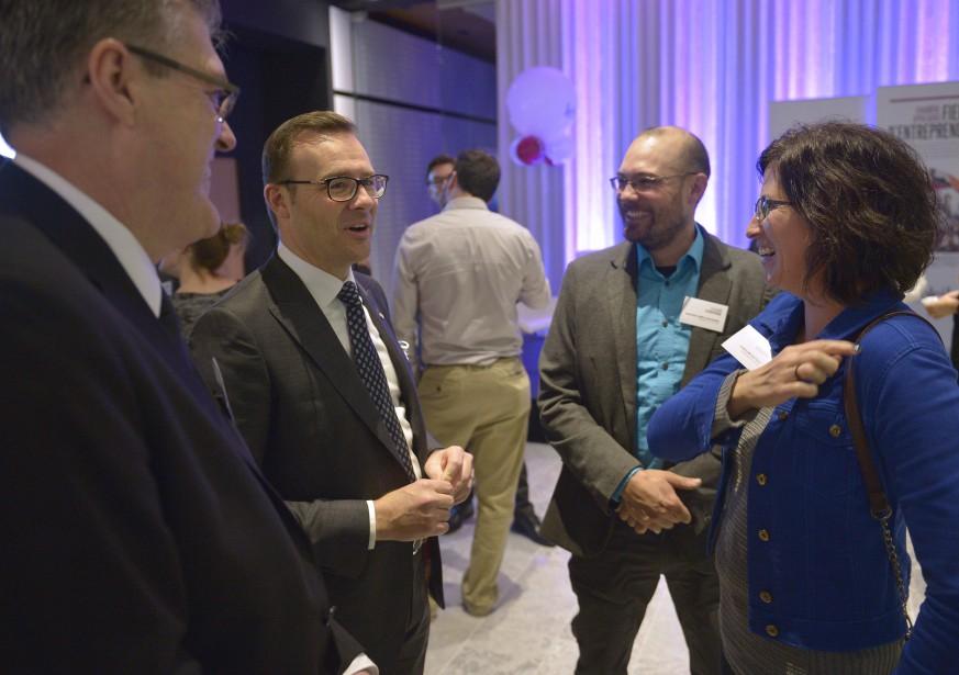 Les entrepreneurs Mathieu Wéra-Bussière etCaroline Fecteau, de la Jardinerie du Canton, en compagnie de Guy Cormier (Le Soleil, Yan Doublet)