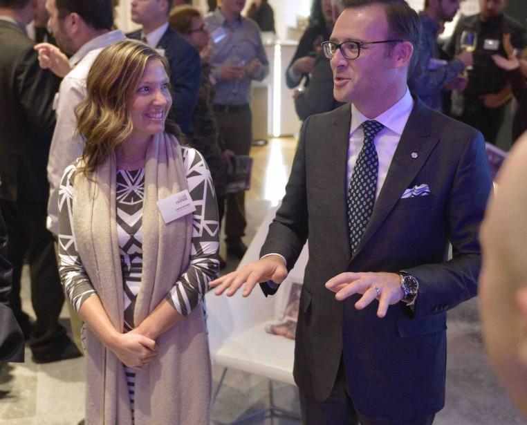 Laulie Savard, de l'imprimerie Impression Rive-Sud, en discussion avec Guy Cormier, président et chef de la direction du Mouvement Desjardins (Le Soleil, Yan Doublet)