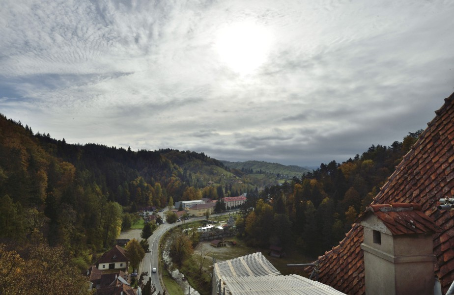 Les visiteurs peuvent admirer la vallée de Bran à partir du château, situé dans les Carpathes, au coeur de la Roumanie. (AFP, Daniel Mihailescu)