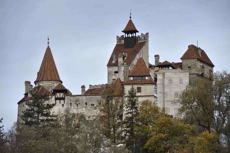 Tour à tour poste de douane et bastion de défense contre l'expansion de l'Empire ottoman, le château de Bran fut offert en 1920 par la ville de Brasov voisine à la reine Marie de Roumanie, petite-fille de la reine Victoria d'Angleterre et l'une des figures les plus aimées de l'histoire du pays. (AFP, Daniel Mihailescu)
