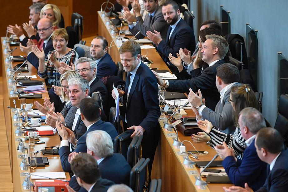 Les membres du Parlement de Wallonie applaudissent le... (PHOTO JOHN THYS, AFP)