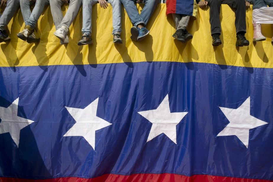 Des activistes manifestant pour réclamer la destitution du... (photo Alejandro Cegarra, archives AP)