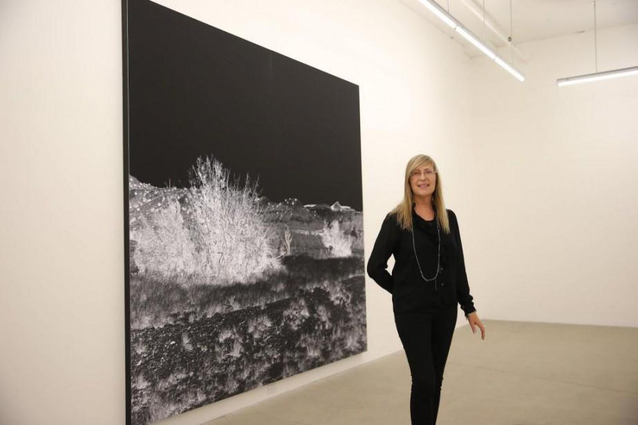 Geneviève Cadieux devant son oeuvre Ghost Ranch exposée... (Photo Martin Chamberland, La Presse)