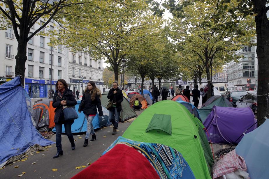 Alors que vient d'être démantelée la «Jungle» de Calais, dans le nord de la France,des campements de fortune des exilés se multiplient de façon inquiétantedans le XIXe arrondissement de Paris. (AP)